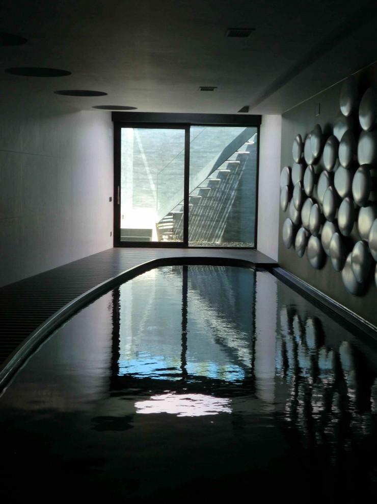 Vivienda unifamiliar con piscina en semisótano en Ribeira